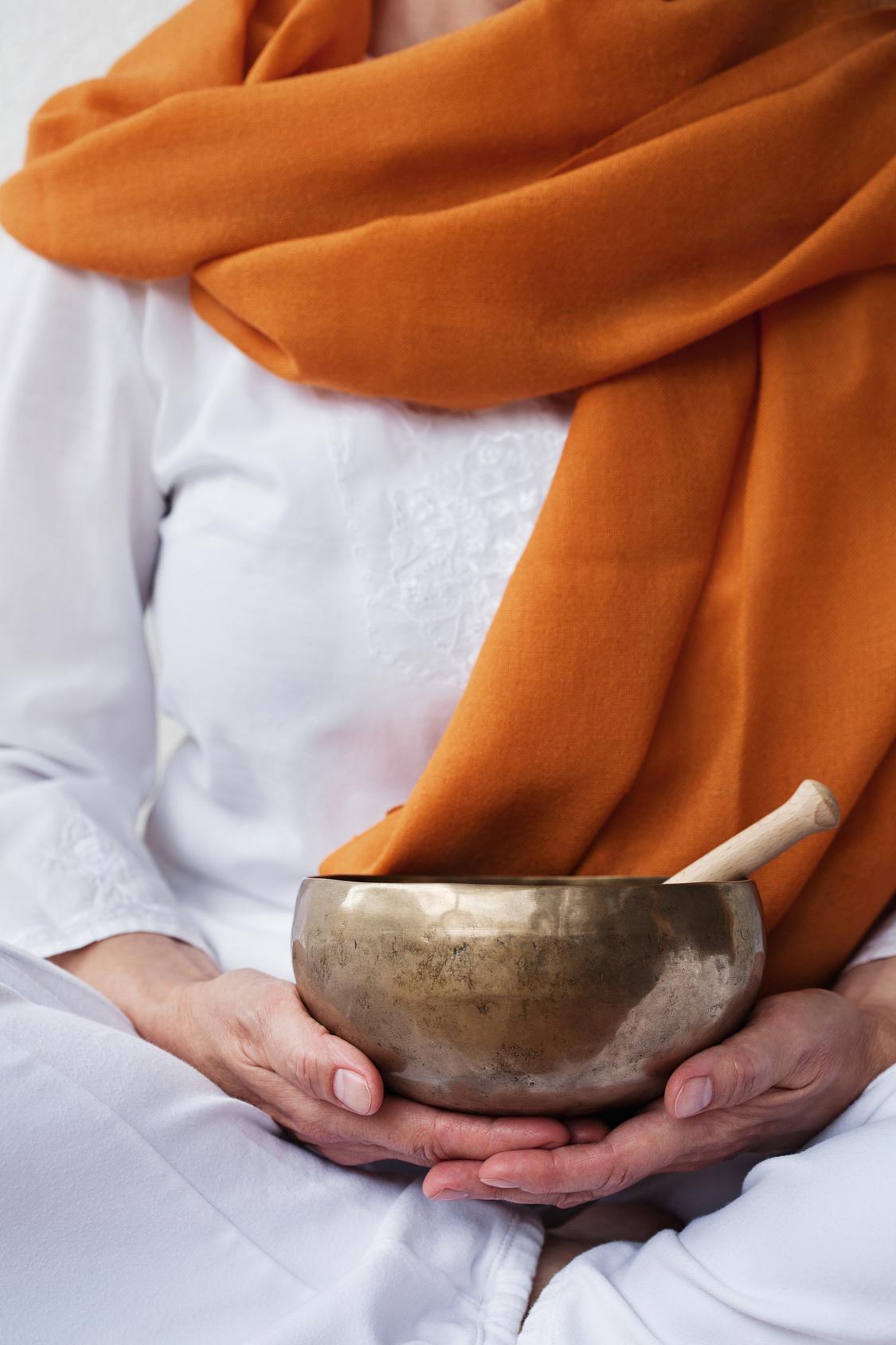 mains et bol tibétain